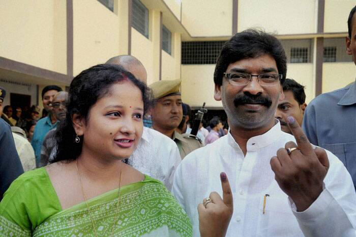 Moderate to brisk voting was on Thursday recorded in the first five hours of polling across 12 states covering 121 constituencies in the fifth phase. <br />Jharkhand CM Hemant Soren and his wife show ink marked finger after casting their vote for Lok Sabha election in Ranchi on Thursday. (PTI)