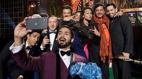 Kevin Spacey poses for a selfie at Bollywood's Oscars IIFA with Shahid, Sonakshi, Farhan