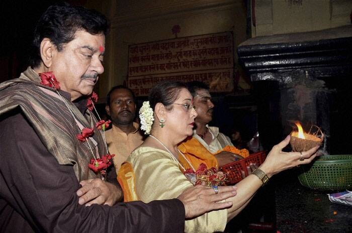 BJP Lok Sabha candidate from  Patna Shatraughan Sinha along with wife performs puja at a temple in Patna on Tuesday. (PTI)