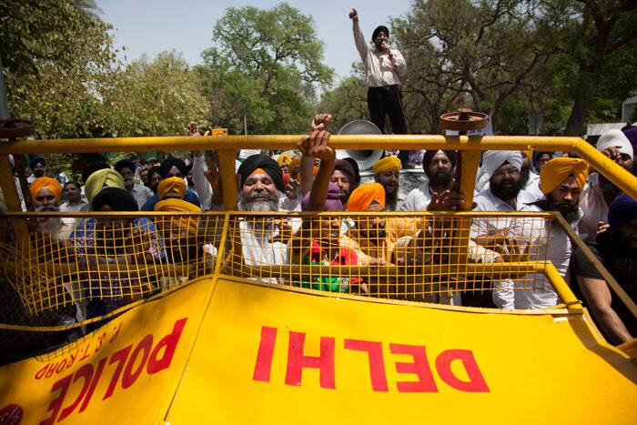 Akali Dal on Monday (April 21) staged a protest outside Congress headquarters in New Delhi against its Amritsar Lok Sabha candidate Amarinder Singh's alleged remarks on the anti-Sikh riots of 1984. <br /><br /> Sikhs break a barricade as they protest against Captain Amarinder Singh for his recent remarks on the 1984 anti-Sikh riots, in New Delhi. (AP)