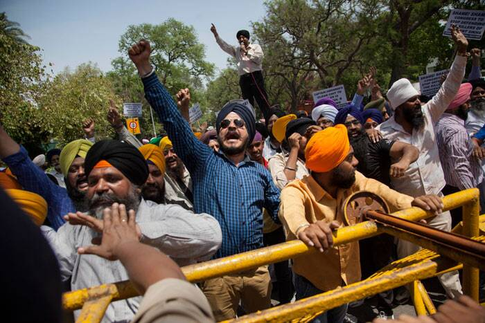 Scores of Akali activists reached the Congress office at 24, Akbar Road, holding placards and raised anti-Congress slogans and clashed with police, which had erected barricades to stop them.  (AP)
