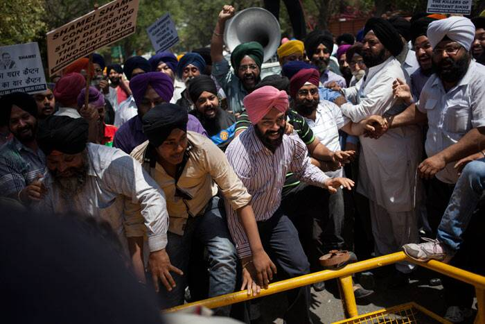 The protesters were detained and taken to a nearby police station.  <br /><br /> Sikhs break a barricade as they protest against Amarinder Singh. (AP)
