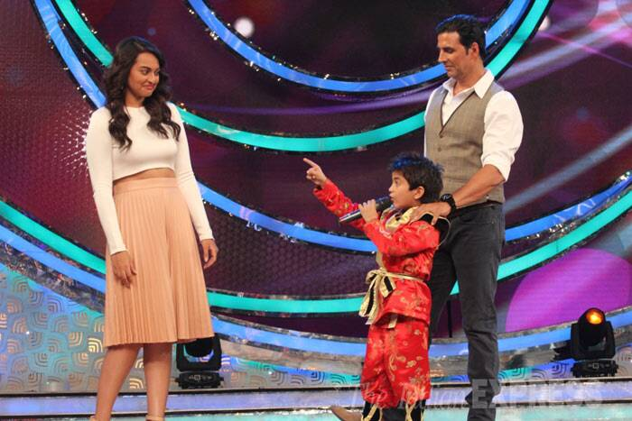 Bollywood's Khiladi along with his onscreen ladylove Sonakshi Sinha appeared on a reality dance show to promote their upcoming film, 'Holiday: A Soldier is Never Off Duty'. (Photo: Varinder Chawla)