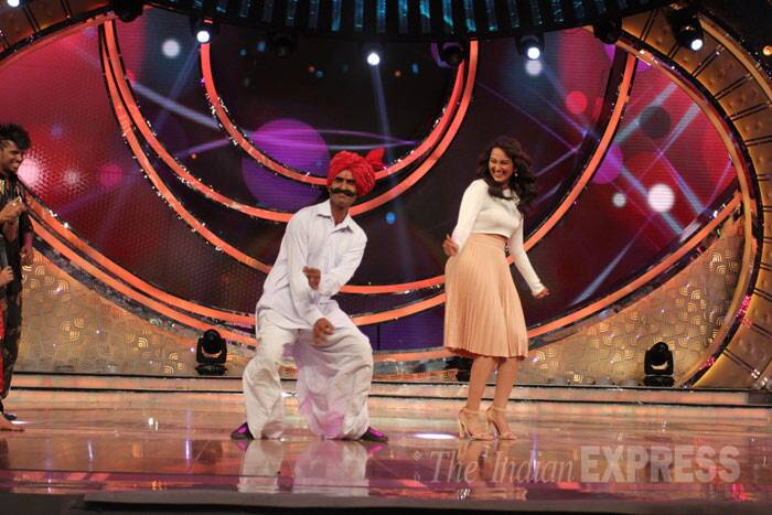 Sonakshi shows off her dance moves on stage. (Photo: Varinder Chawla)