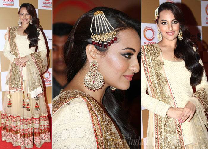 Desi belle Sonakshi Sinha picked a Vikram Phadnis lehenga for the night accessorised with stunning jewellery. (Photo: Varinder Chawla)