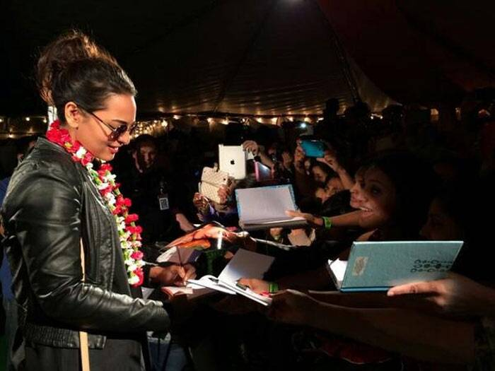 "Sonakshi Sinha, who will be seen in 'Holiday: A Soldier Is Never Off Duty', received a warm welcome on her arrival to Tampa Bay on Tuesday (April 22). ""Finally made it to Tampa Bay after a crazy 32 hours!!! Thank you for the love :),"" posted the actress. (Photo: Twitter)"