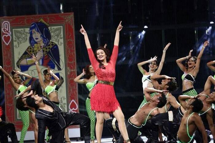 Sonakshi Sinha was a hot lady in red as she took the stage. (Twitter)