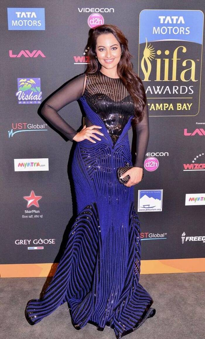 The new fashionista on the block, Sonakshi Sinha was ravishing in a navy blue Amit Aggarwal gown. The 'Lootera' actress finished off her  look with soft curls and accessorised with Dior studs, Valliyan by Nitya midi ring and a Bottega Veneta clutch. (Photo: Twitter)