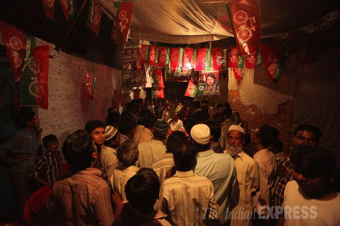 A Samajwadi party supporters campaign at a Muslim quarter of Rabri Tola in Bareilly. (IE Photo: Tashi Tobgyal)