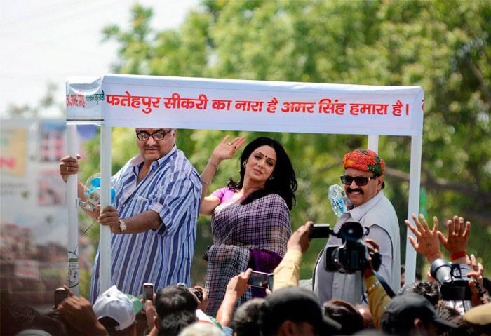 Actress Sridevi added Bollywood flavour to the Lok Sabha elections as she campaigned for RLD leader Amar Singh at Fatehpur Sikri in Uttar Pradesh. <br /><br /> She was seen with her husband and producer Boney Kapoor. (PTI)
