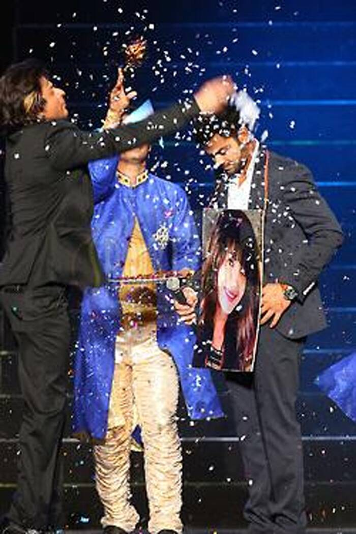 Shah Rukh Khan showers confetti on Virat after he won the heart of Anushka Sharma in the swaymvar. (Image courtesy: Twitter ‏@iamaneek)