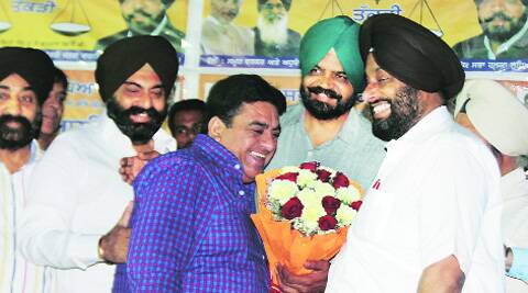 SAD candidate Manpreet Ayali (second from right) while being honoured by the Car Bazar Association in Ludhiana on Thursday.  (Photo: Gurmeet Singh)