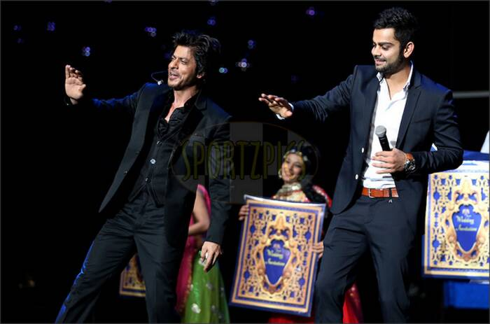 Post the hilarious act, King Khan and Virat Kohli took to the dance floor. The duo were dancing on SRK and Anushka's song 'Tujhme Rab Dikhta Hai'. (Image courtesy: ‏@Chandmouliman)
