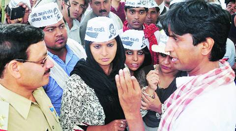 AAP leaders Kumar Vishwas, Shazia Ilmi and others talk to a police official in Amethi Friday. PTI