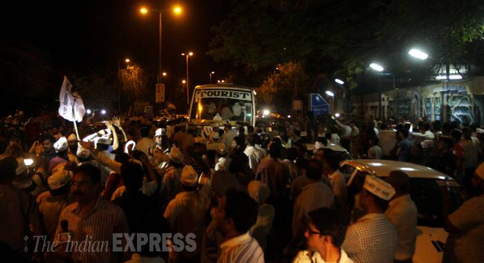 AAP supporters clash with police outside Tihar jail