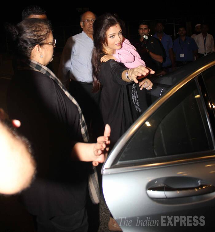 Fans as well as fashion critics are eagerly waiting to see Aishwarya's choice of outfits on the red carpet this year.<br /><br /> Aishwarya holds Aaradhya as they get ready to leave.  (Source: Varinder Chawla)
