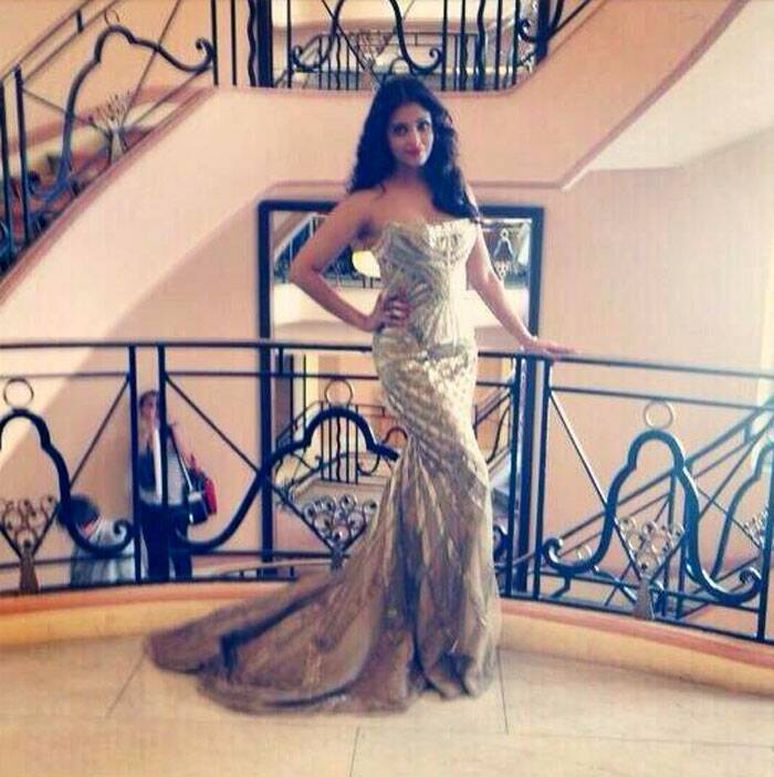 Aishwarya poses before walking the red carpet at Cannes Film Festival.