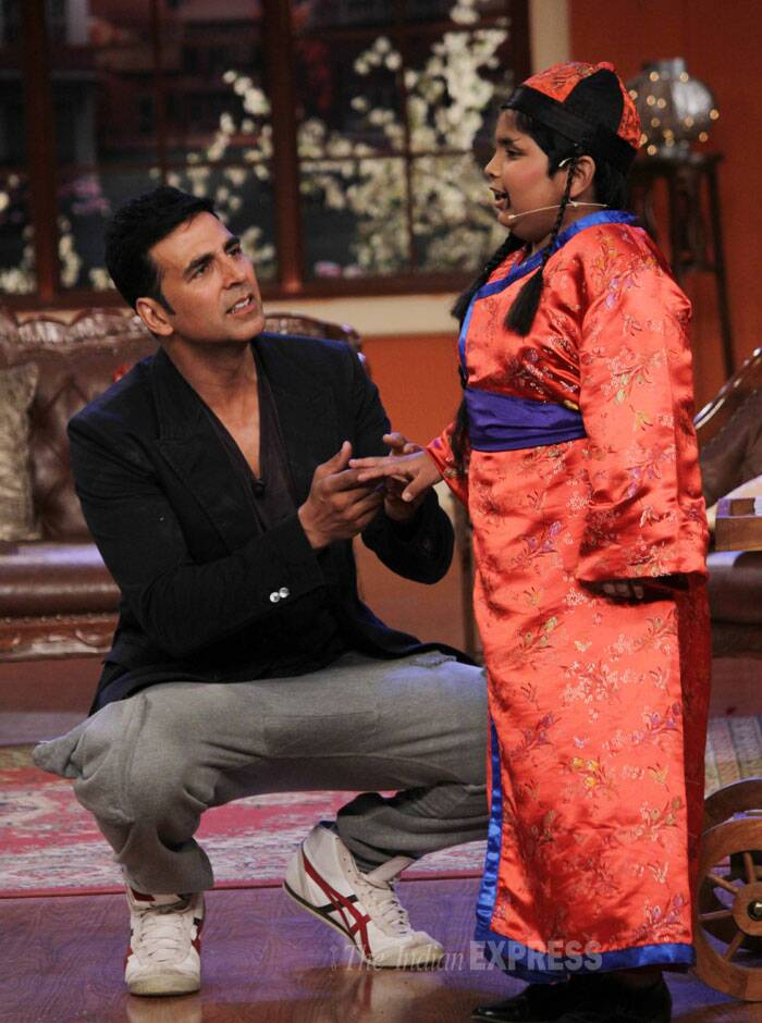 Akshay interacts with a child on the show. (Photo: Varinder Chawla)