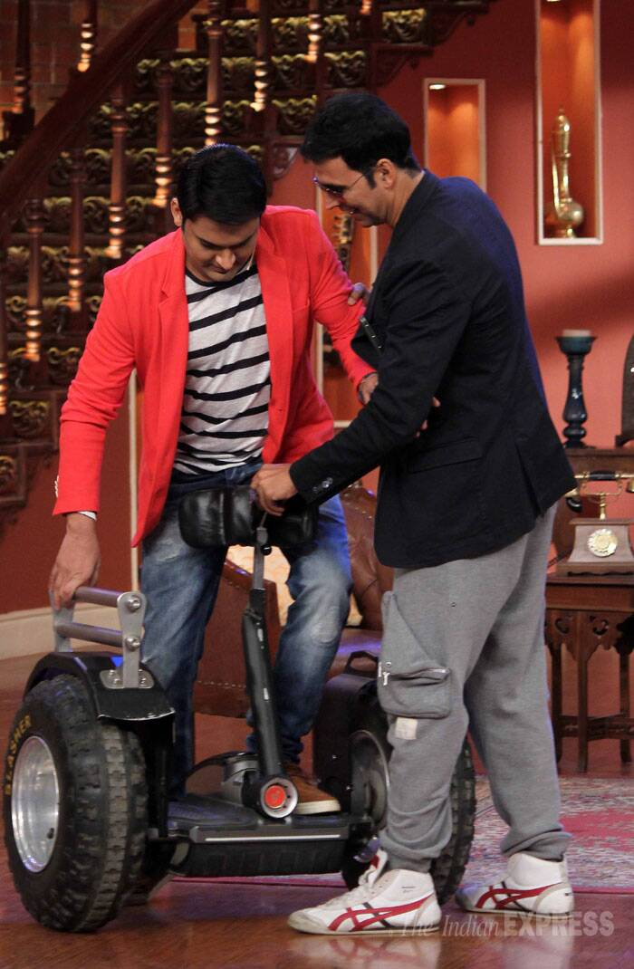 Akshay shows Kapil how it's done. (Source: Varinder Chawla)