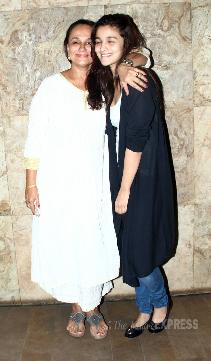 Alia gets a hug from mom Sonia Razdan. (Source: Varinder Chawla)