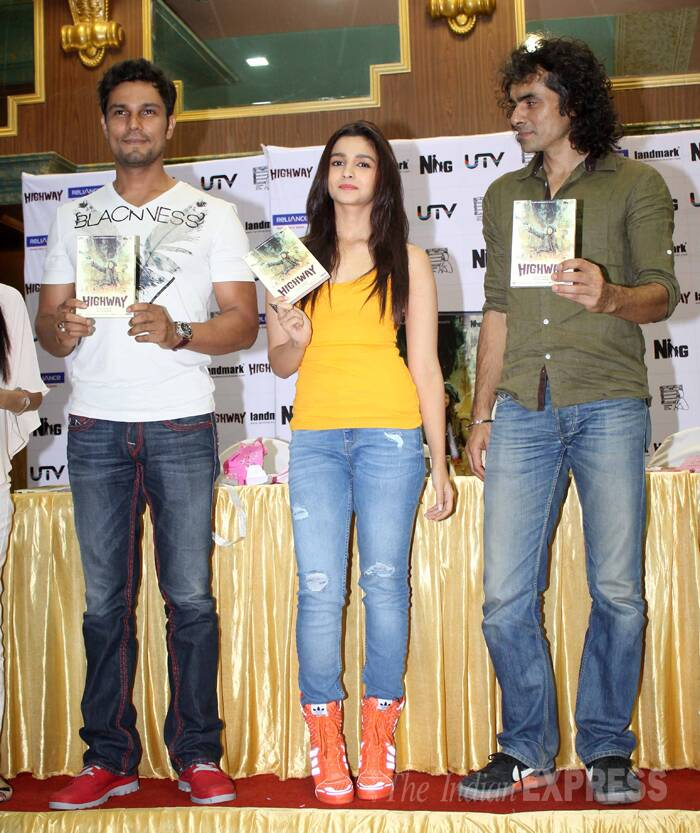 'Highway' actors Alia Bhatt and Randeep Hooda along with their director Imtiaz Ali launched the DVD of their film on Tuesday (May 13) in Mumbai. (Source: Varinder Chawla)