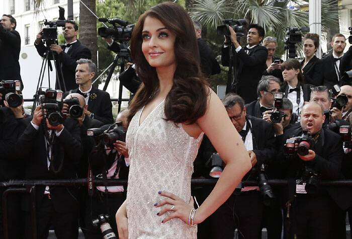 Though the look was similar to her golden Roberto Cavalli strapless gown, Aishwarya nonetheless looked amazing. The only difference this time was her makeup and accessories. She opted for a neutral look this time. (Source: AP)