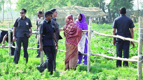 Sonia Gandhi interacts with a Muslim woman near Faizabad. (PTI)