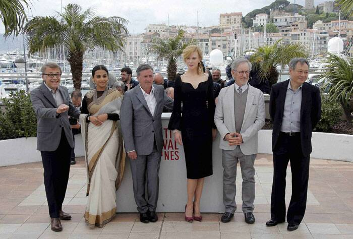 Prior to The Great Gatsby premiere, Vidya Balan wore her usual sari for a photo call of the jury members. Vidya wore her white sari with a full sleeves black blouse and a neck piece. Seen here with other jury members from left, Christoph Waltz, Daniel Auteuil, Nicole Kidman, president Steven Spielberg, and Ang Lee. (AP)