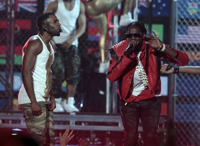 "Jason Derulo and 2 Chainz perform ""Talk Dirty"" at the 2014 Billboard Music Awards. (Source: Reuters)"