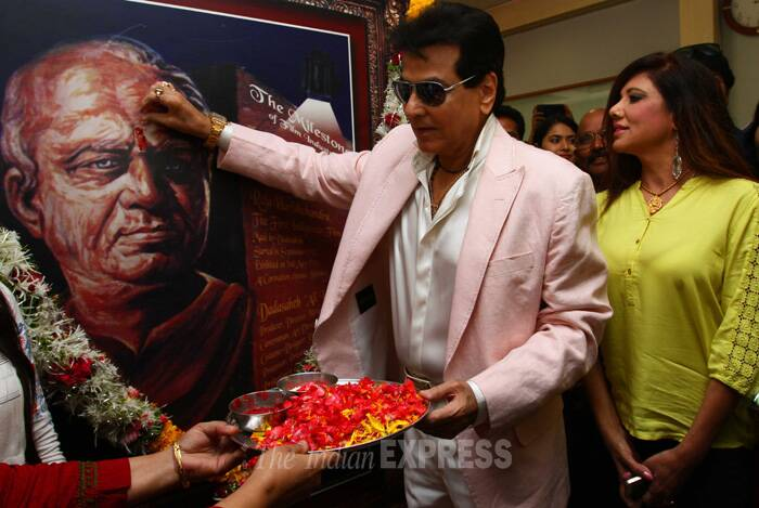 Jeetendra performs aarti to the portrait of Dadasaheb Phalke, who is known as the father of Indian cinema. (IE Photo: Amit Chakravarty)