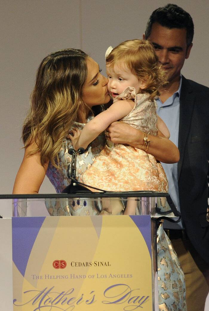 Jessica Alba gives her daughter Haven Garner Warren a kiss as she accepts her Mother of the Year award. (AP)