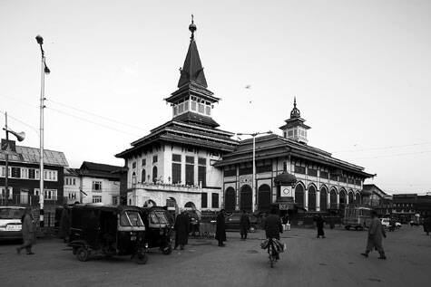 Dastageer Sahib in Srinagar with a characteristic roof of a Kashmiri mosque