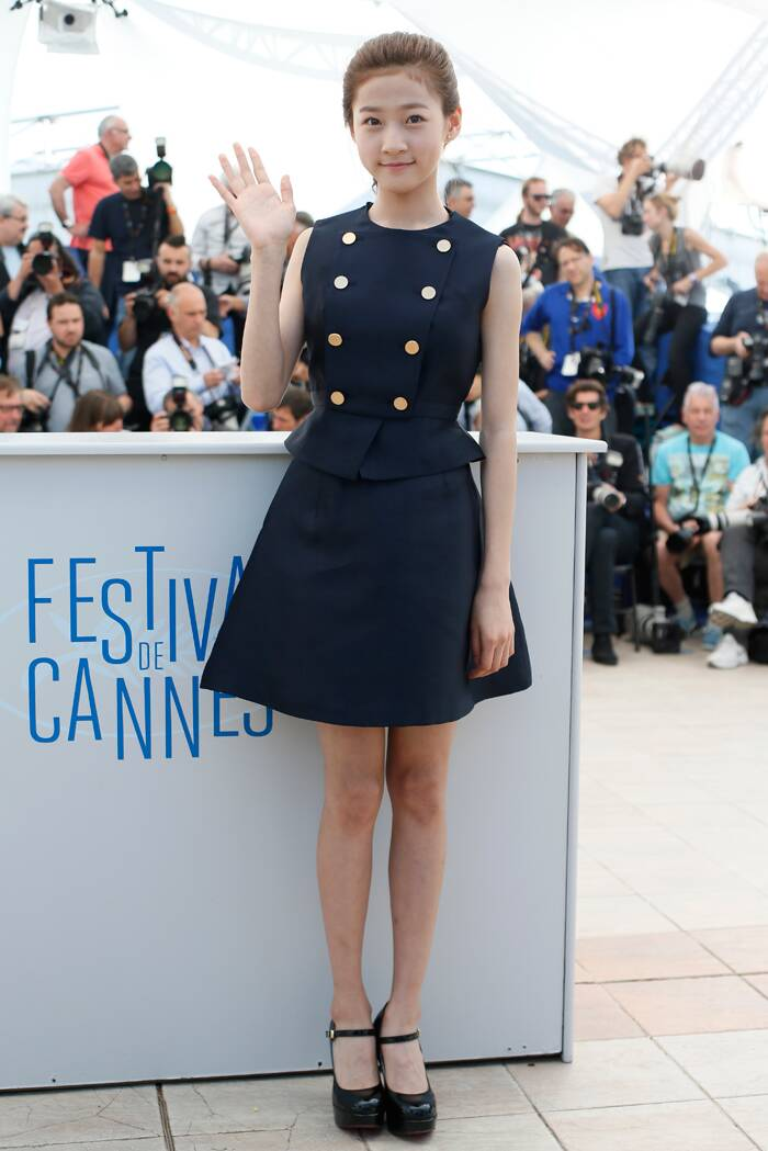 South-Korean actress Kim Sae-ron looked chic in a navy blue buttoned dress as she poses for pictured during the photocall for 'A Girl at my Door' in Cannes. (Source: AP)