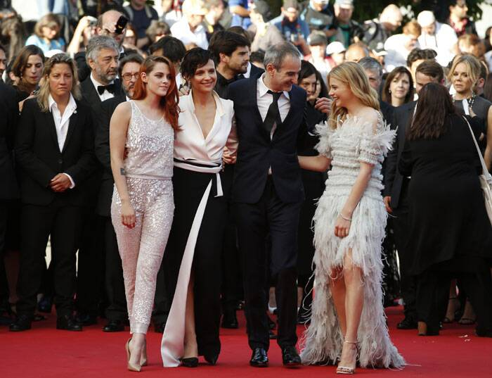 Kristen Stewart poses along with her 'Clouds of Sils Maria' team - Juliette Binoche, director Olivier Assayas and actress Chloe Grace Moretz prior to the premiere of the film. (Source: AP)