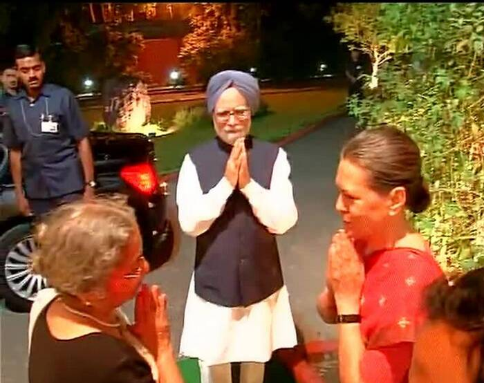 A memento was presented to Singh with signatures of top Congress leaders and Union ministers and Pallam Raju read out the dedication inscribed on it in praise and honour of the prime minister. <br /> Both PM Singh and his wife Gursharan Kaur were presented with bouquets and party leaders were seen scrambling for a photograph with the couple and Sonia Gandhi.  (Video Grab)