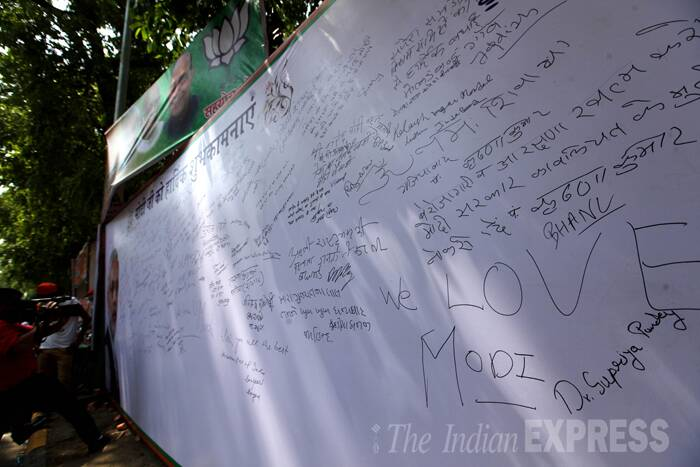 BJP supporters leave congratulatory messages for Narendra Mdoi after the party's emphatic win. (Source: Express Photo by Ravi Kanojia)