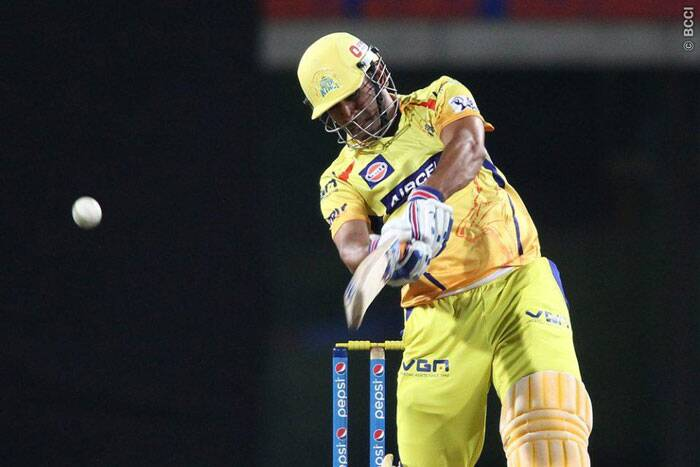 MS Dhoni used the bottom hand to great effect during the end the of the innings and made 22 off 17. (Photo: BCCI/IPL)