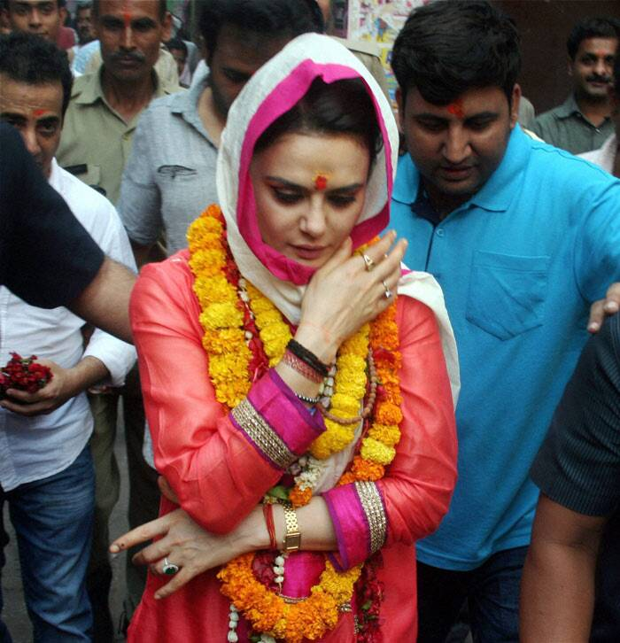 "During her trip, Preity Zinta seemed to enjoy the sights and sounds of Benaras. ""Stunning temples, Satvik food, silk sarees, crowded streets & Political discussion. I really am in Banaras :-),"" she posted. <br /><br /> Ahead: Arjun, Varun's movie date"