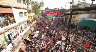 Thousands of SP supporters throng Varanasi streets as Akhilesh Yadav holds a roadshow. (Neeraj Priyadarshi)
