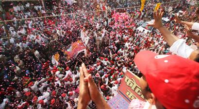 People shower rose petals on Akhilesh Yadav's convoy in Varanasi during his roadshow. (Neeraj Priyadarshi)