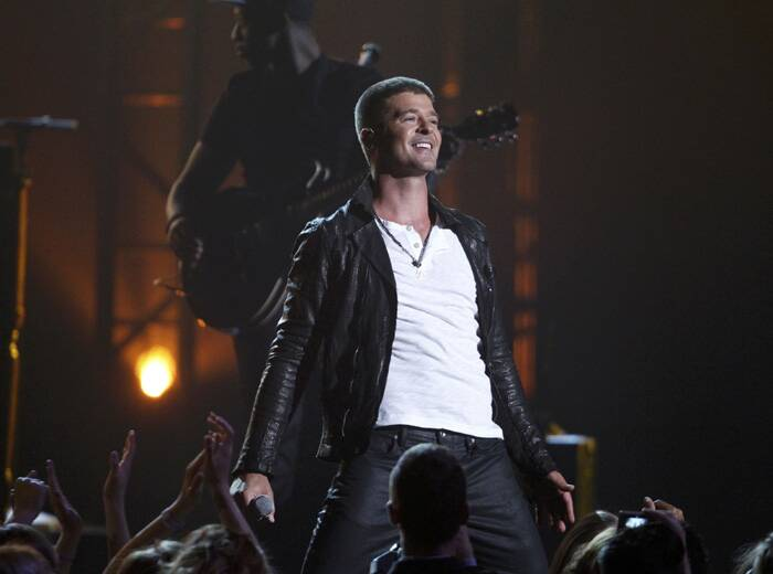 Singer Robin Thicke performs 'Get Her Back' at the 2014 Billboard Music Awards. (Source: Reuters)
