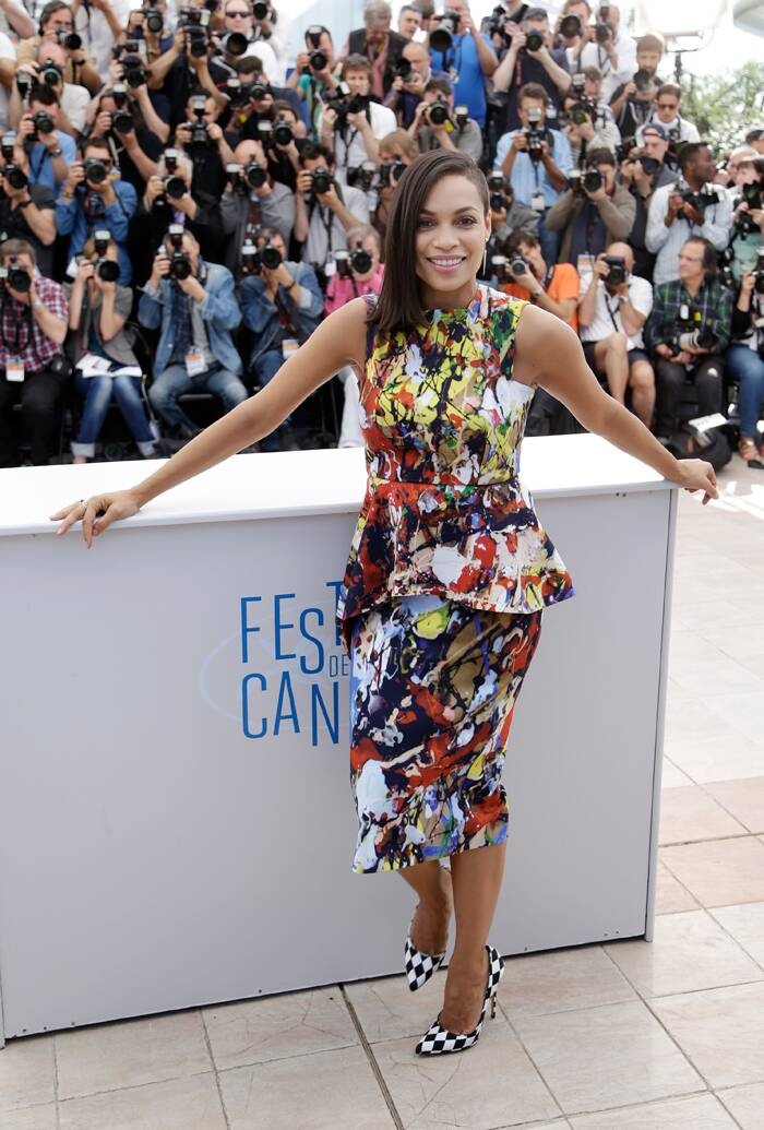 The American actress looked lovely as she soaked up the sun in a multi-coloured printed dress.<br /><br /> Roasario's high shave hairstyle on the left side of her head, caught everyone's attention.  (Source: AP)