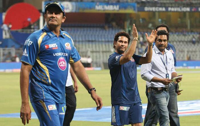 Sachin Tendulkar applauds the enthusiastic crowd at the Wankhede Stadium after the match. Mumbai Indians won the match by 5 wickets. (IE Photo Prashant Nadkar)
