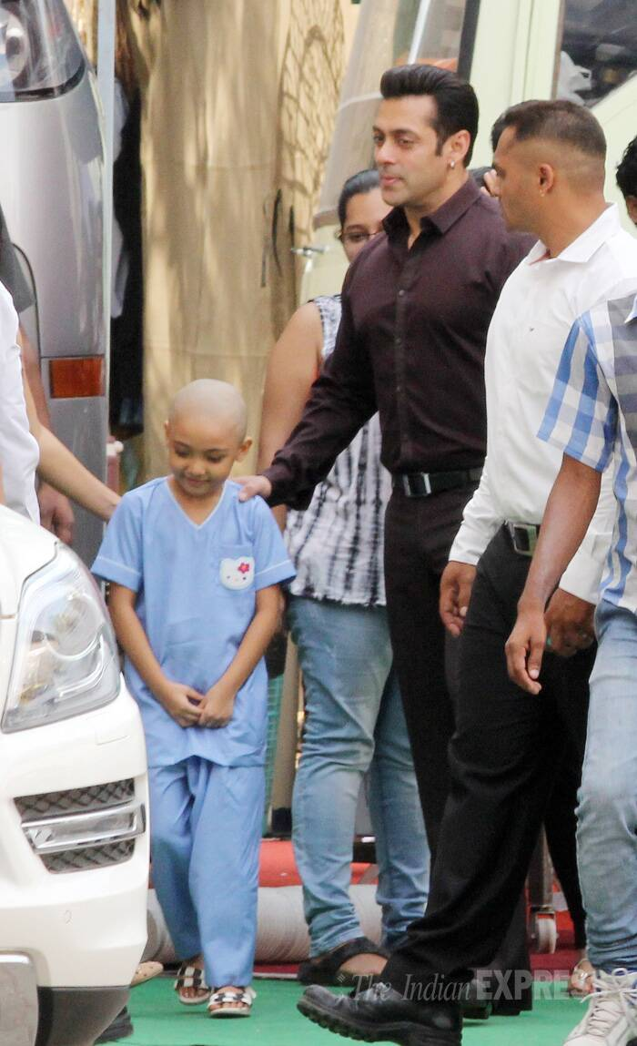 The actor met with a little child who seemed happy and shy at the same time to see the star. (Source: Varinder Chawla)