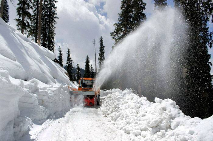Beacon workers clearing snow from Anantnag-Kishtwar road after heavy snowfall at Sinthan top in Anantnag district on Tuesday. (PTI)