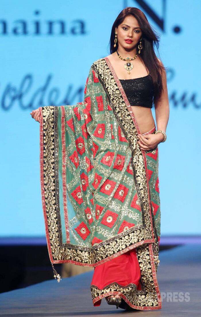 Actress Neetu Chandra does full justice to the gorgeous garment as she walks down the ramp. (Photo:Varinder Chawla)