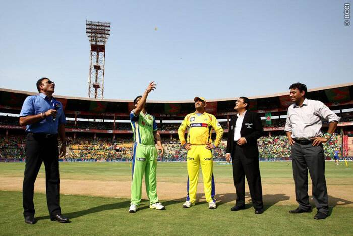 Royal Challengers Bangalore clashed with Chennai Super Kings in their IPL 7 fixture at the M. Chinnaswamy Stadium in Bangalore on Saturday. The toss was won by Chennai Super Kings captain Mahendra Singh Dhoni who, without hesitation, opted to field first. Royal Challengers Bangalore captain Virat Kohli said that he would have also fielded first. (Source: IPL/BCCI)