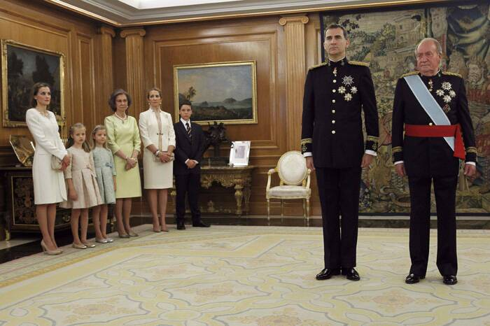 Spain's King Juan Carlos (R), new King Felipe VI (2ndR), her wife Queen Letizia (L), their daughters Princess Leonor (2ndL) and Princess Sofia (3rdL), Queen Sofia (4thL), Infanta Elena (5thL) and Felipe Juan Froilan pose before a ceremony to place the Sash of Captain-General on new King at La Zarzuela Palace in Madrid. (Source: Reuters)
