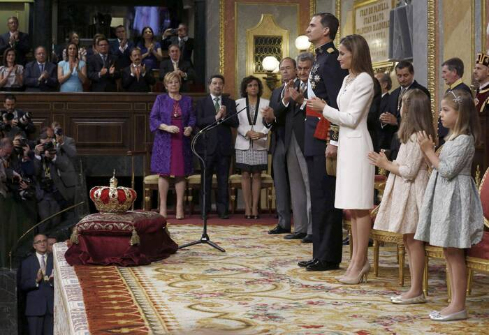 Queen Letizia and Princesses Leonor Sofia applause at King Felipe VI's swearing-in ceremony. (Source: Reuters)