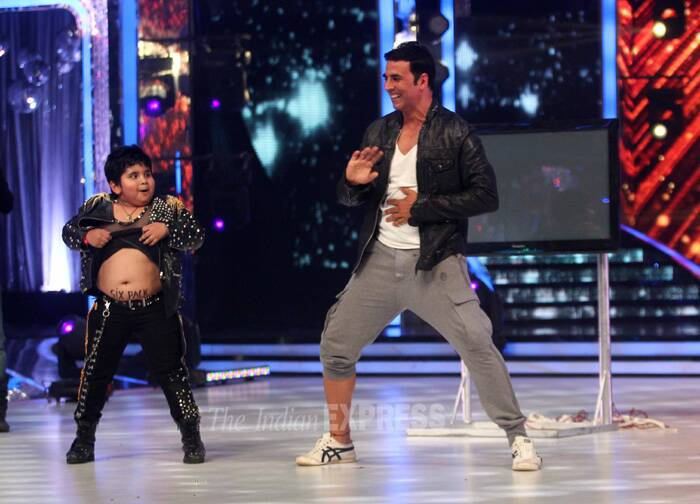 Akshay Kumar got onto the dance floor and showed off a few moves with child dancer Akshat Singh. (Source: Varinder Chawla)